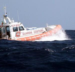 Affonda il peschereccio Squalo III: intervento della Guardia Costiera