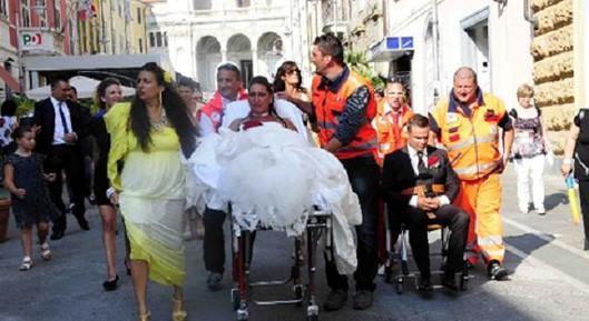 Matrimonio In Ambulanza : Insolito matrimonio a massa lui arriva in ambulanza lei