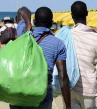 l_senegalesi-venditori-di-spalle