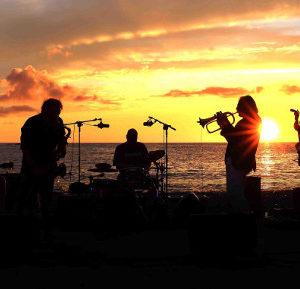 Concerti dal tramonto a notte fonda sulla spiaggia dell'Argentiera ...