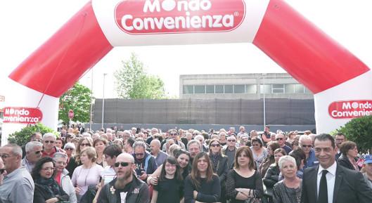 Mondo convenienza grande successo per l inaugurazione a for Quadri mondo convenienza